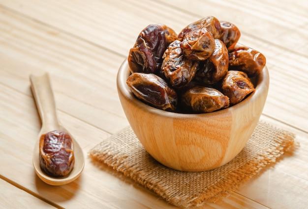 テーブル上の木製のボウルの果物
