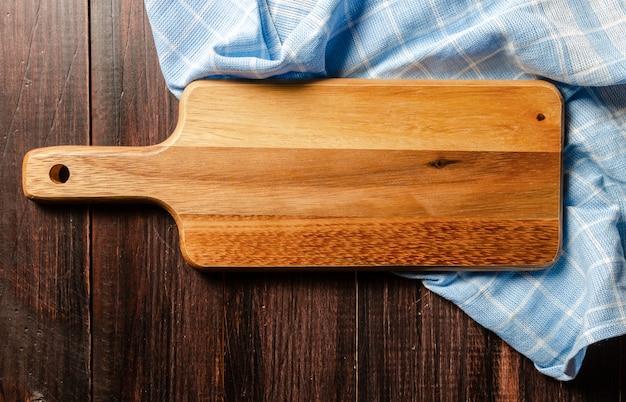 ナプキンの上面図を持つ木製のまな板