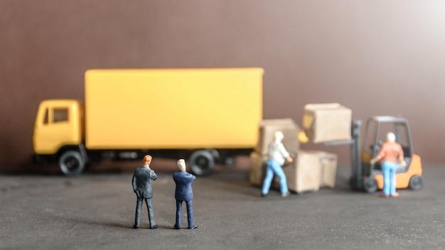 商品の商品を持っている労働者を見て男はボックス