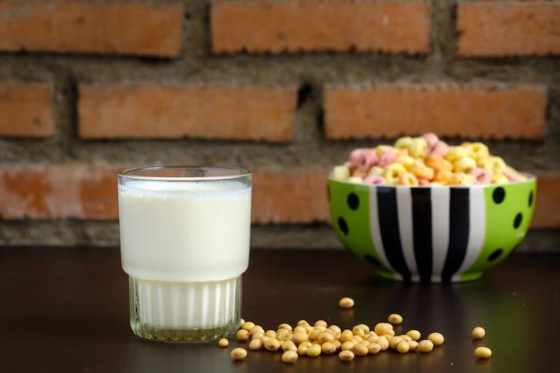 テーブルの上の豆乳のガラス