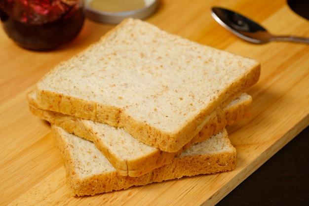 木の板にスライスしたパン