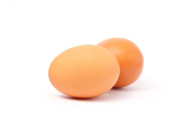分離した白い背景の上の卵のクローズアップ