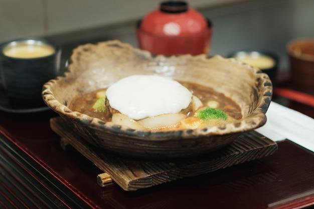 ハンバーガー、粘土鍋の大豆を焼き、スープ