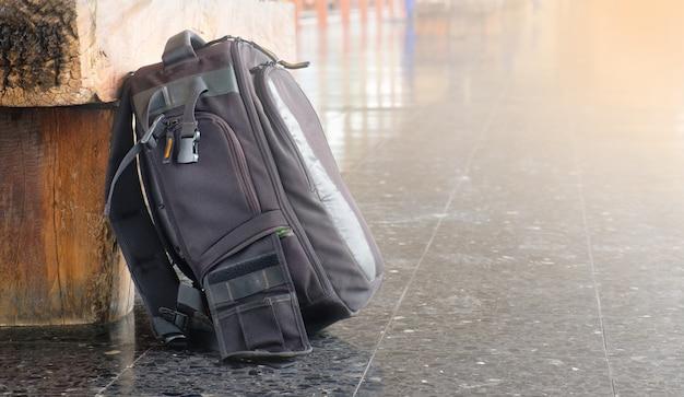 椅子とコピースペースの横にある黒いバッグ
