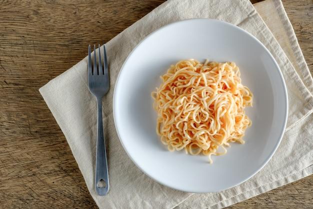 麺は、おむつに置かれた丸い白い皿にあります