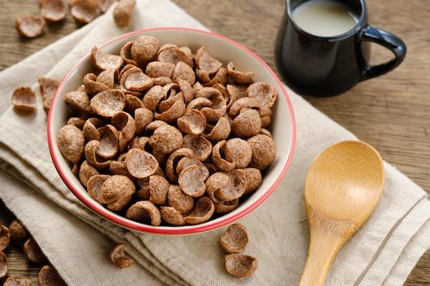 ボウルにナペリーのシリアル朝食ココア風味
