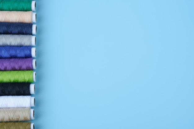 青色の背景にカラフルなスレッドチューブトップビューとコピースペース