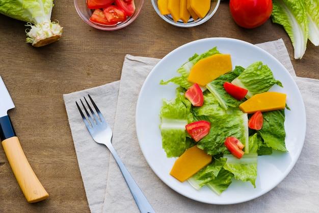 皿に新鮮なサラダ