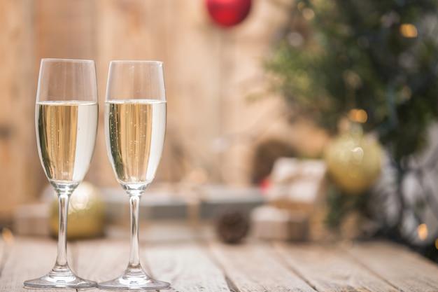 クリスマスツリーの前でワインの眼鏡