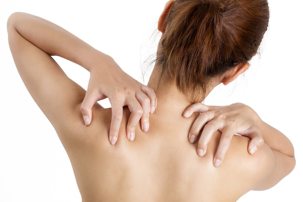 Женщина, проведение ее плечо в области боли - изолированные на белом фоне.