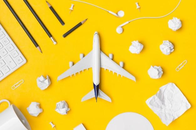 黄色の背景の空白スペースを持つ旅行計画のフラットレイアウト
