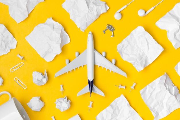 旅行計画の飛行機と空白の紙メモをフラットのレイアウト