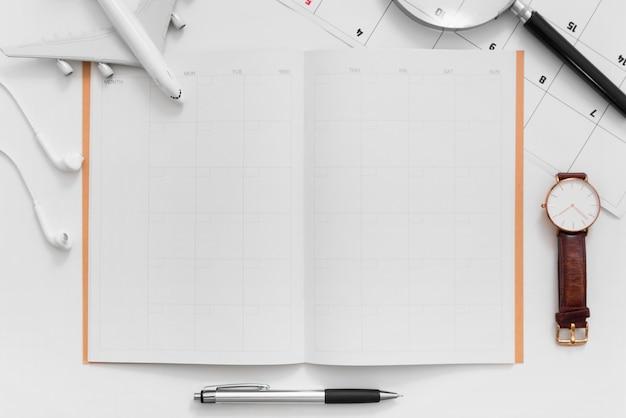 空白のスペース旅行計画プランナーと白い背景の上の旅行計画のフラットレイアウト