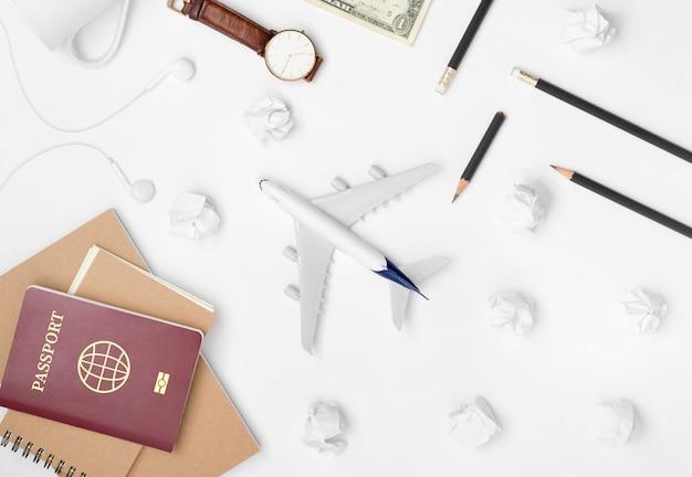 白い背景の上の旅行計画のフラットレイアウト