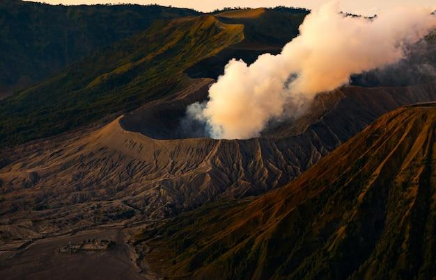 Гора бромо активный вулкан с солнцем вниз, восточная ява, индонезия