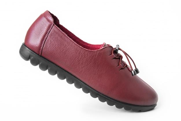 女性の革の靴、白で隔離