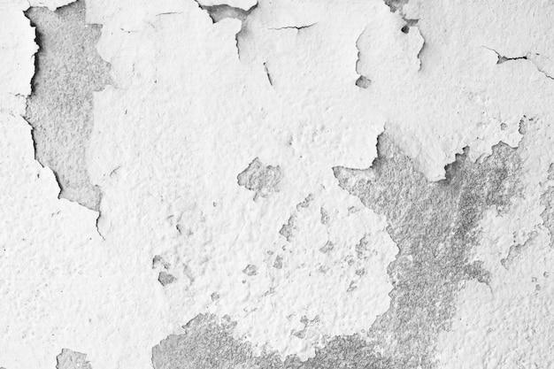 コンクリートの壁のテクスチャと背景に白い色の塗料のひび割れと剥離