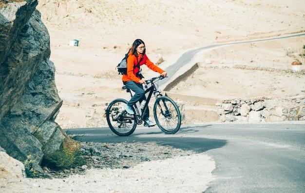 Женщины на велосипеде до гималаев
