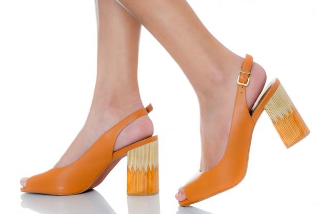 白で隔離サイドビュープロファイルと革のチャンキーハイヒールファッション靴を履いている女性