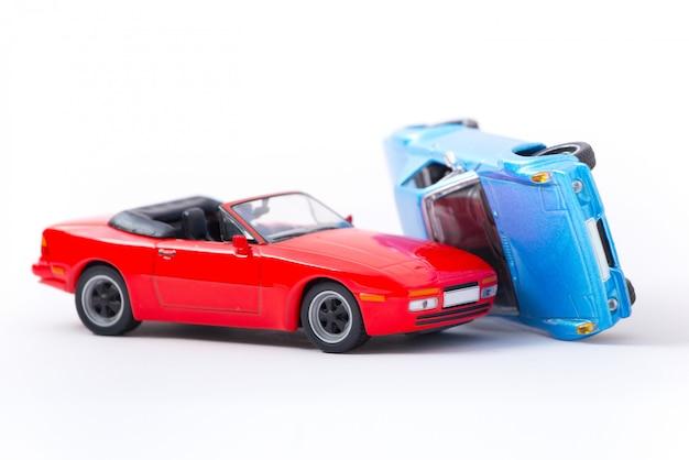 車のクラッシュ事故シーンの輸送と白で隔離事故コンセプト
