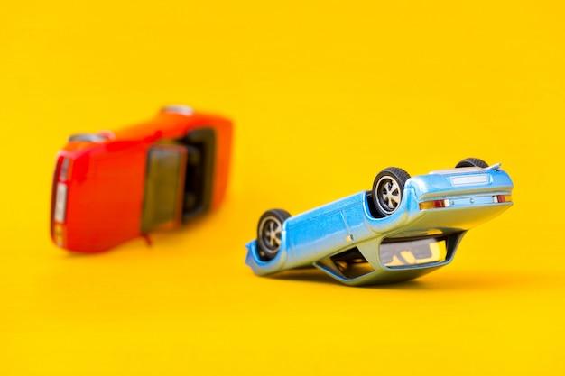 黄色に分離された自動車事故事故シーンの輸送と事故の概念