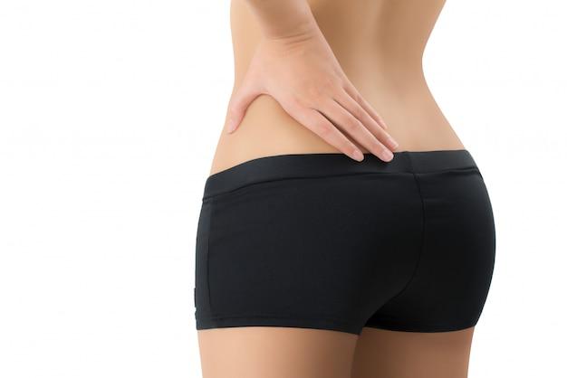 女性は彼女の背中を押し、白い背景で隔離の痛みの領域でマッサージ