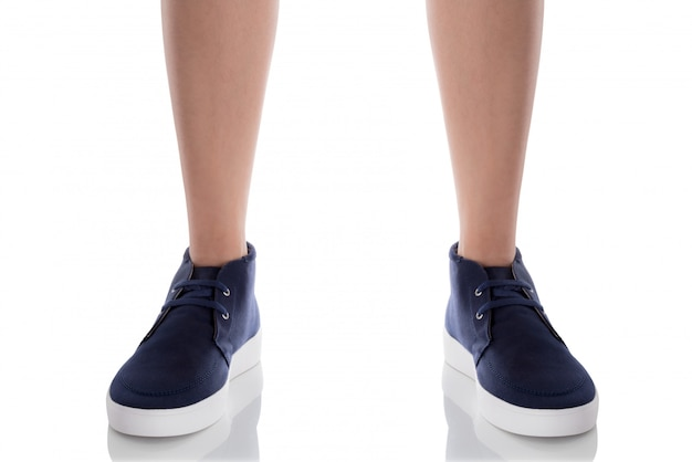 白で隔離される正面と立っている青いファッション靴を着た男