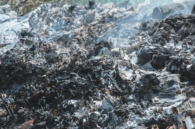 廃棄物焼却からの灰の質感は汚染を引き起こし、廃棄物は有毒な煙である。