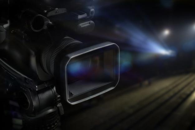 ぼやけた背景を持つスタジオのプロのビデオカメラ
