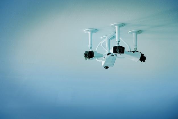 天井に設置されたクローズドサーキットカメラ。