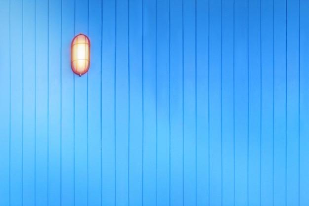 水色の壁、背景のテクスチャに黄色の光ランプ