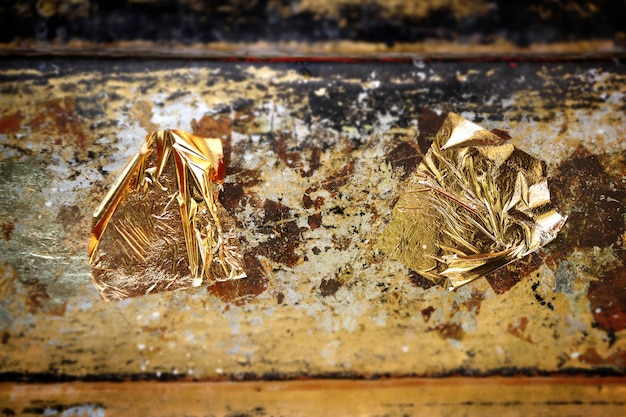 Золотой лист, текстура золотой бумаги на скульптуру будды.