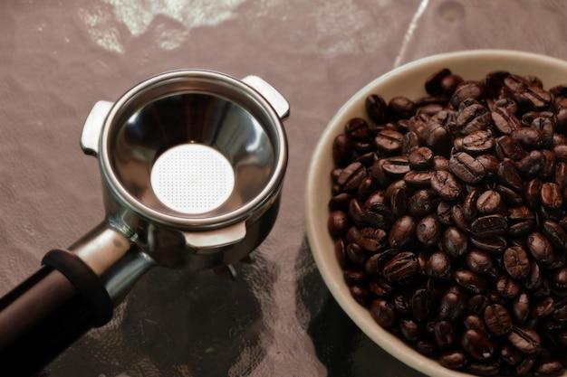 コーヒー豆入り金属製ポルタフィルター