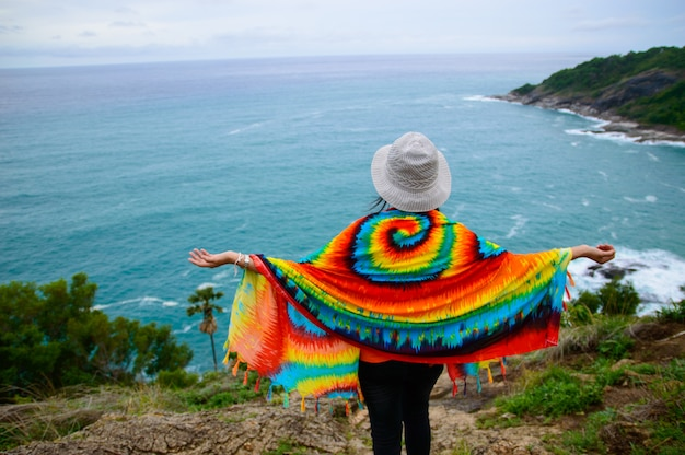 少女は美しい青い海を見て立っていた。