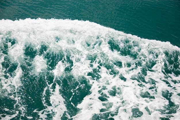 青と白の泡立つ海の波