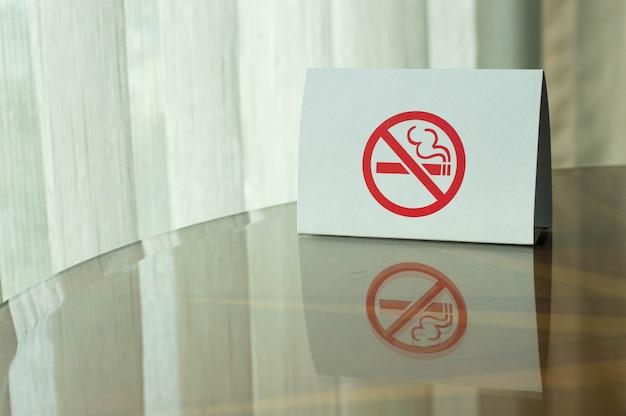 テーブルの上に禁煙の標識。