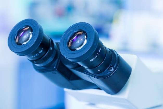 病院検査室における診断病に対する目の顕微鏡