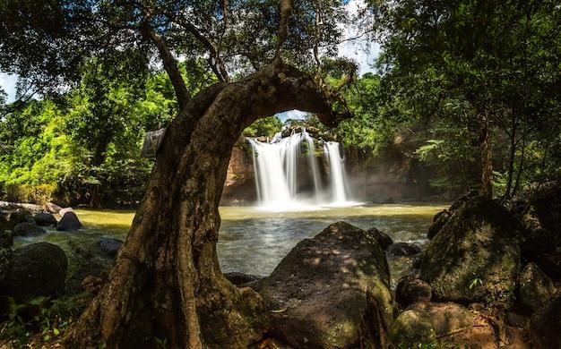 カオヤイ国立公園の河スワット滝の梅雨早い
