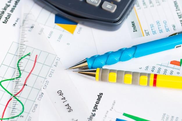 金融のグラフ、ビジネスコンセプトとペンのクローズアップ。