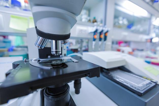 血液検査室で顕微鏡のクローズアップ