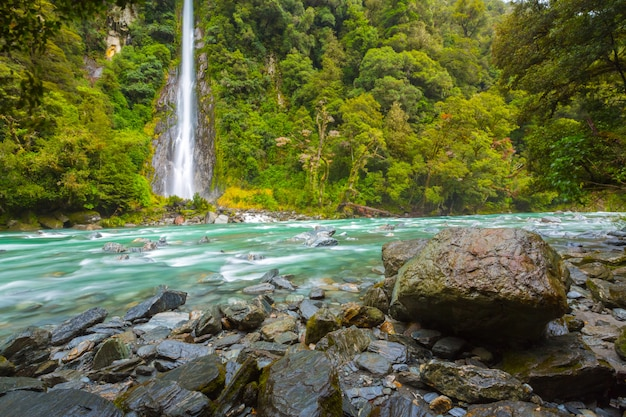 サンダークリーク秋、旅行目的地の概念、南の島ニュージーランドの風光明媚なビュー