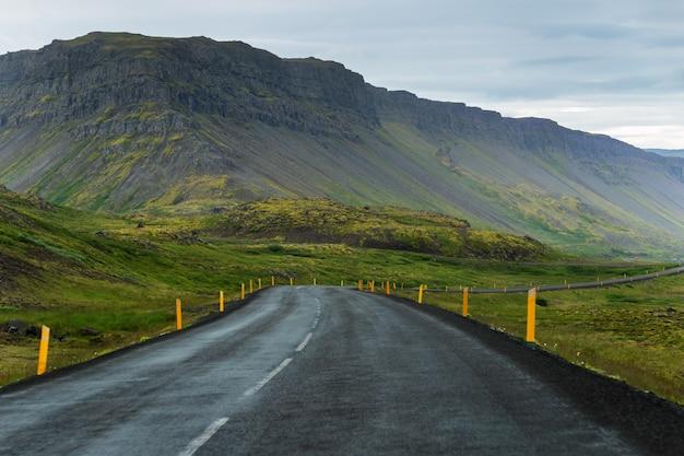 アイスランドの西部フィヨルドで道路上の車の眺め
