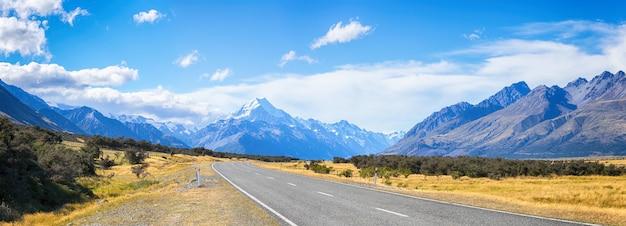 Живописный вид на дорогу, ведущую к горному национальному парку кука, южный остров новой зеландии, концепция туристических направлений