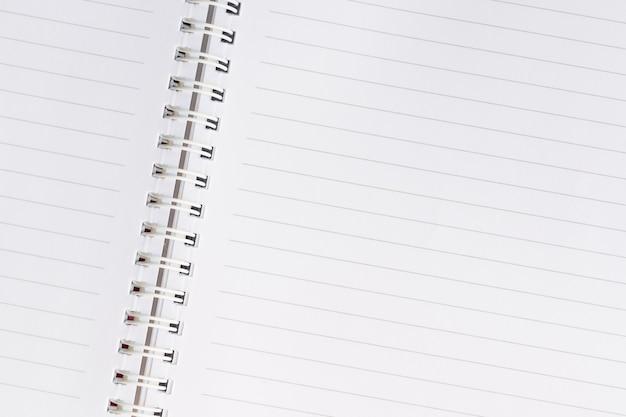 Белая пустая бумажная спиральная тетрадь