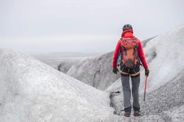 氷河を登る少女の様子。