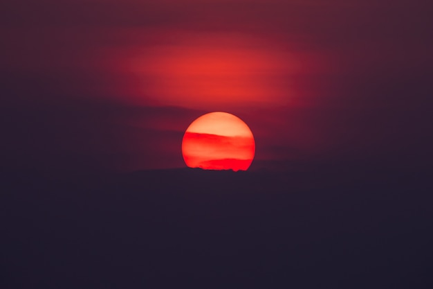 夕方、自然の背景に大きな夕日と雲の空