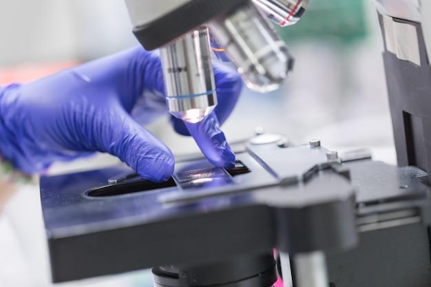 血液検査室、概念科学技術で顕微鏡のクローズアップ