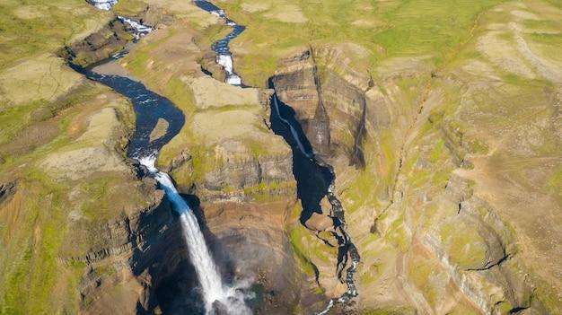Вид с воздуха на красивый водопад хайфосс, исландия, летнее время