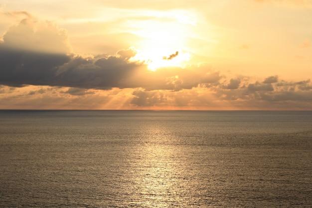 Золотой свет заката на пляже