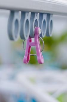 ピンクの洗濯はさみを閉じる